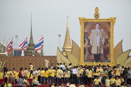 サナム ・ ルアン公園辻タイのバンコク市内でプミポン国王の肖像