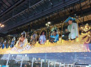 スワンナプーム空港にて:お亡くなりになった国王の写真