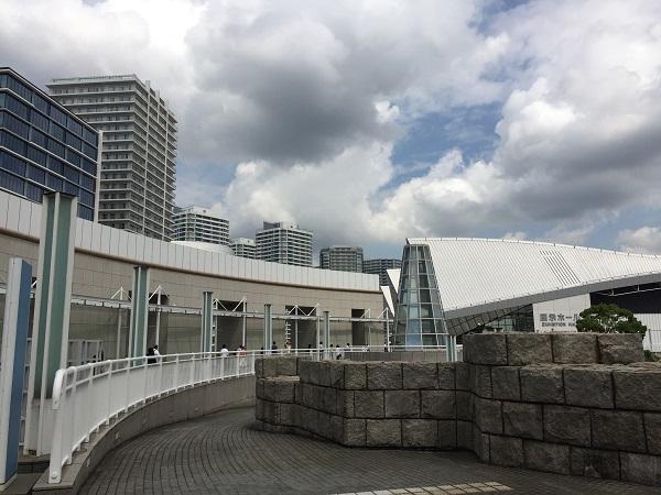 パシフィコ横浜と高層マンション群