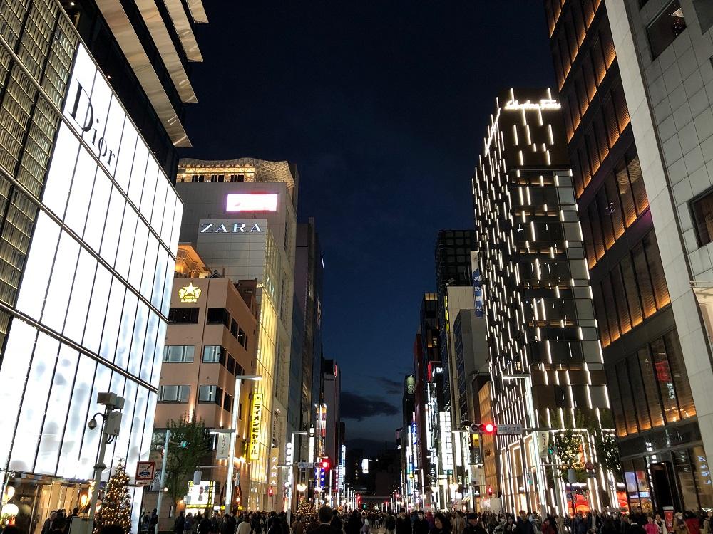 歩行者天国の銀座中央通りの新橋方面の風景