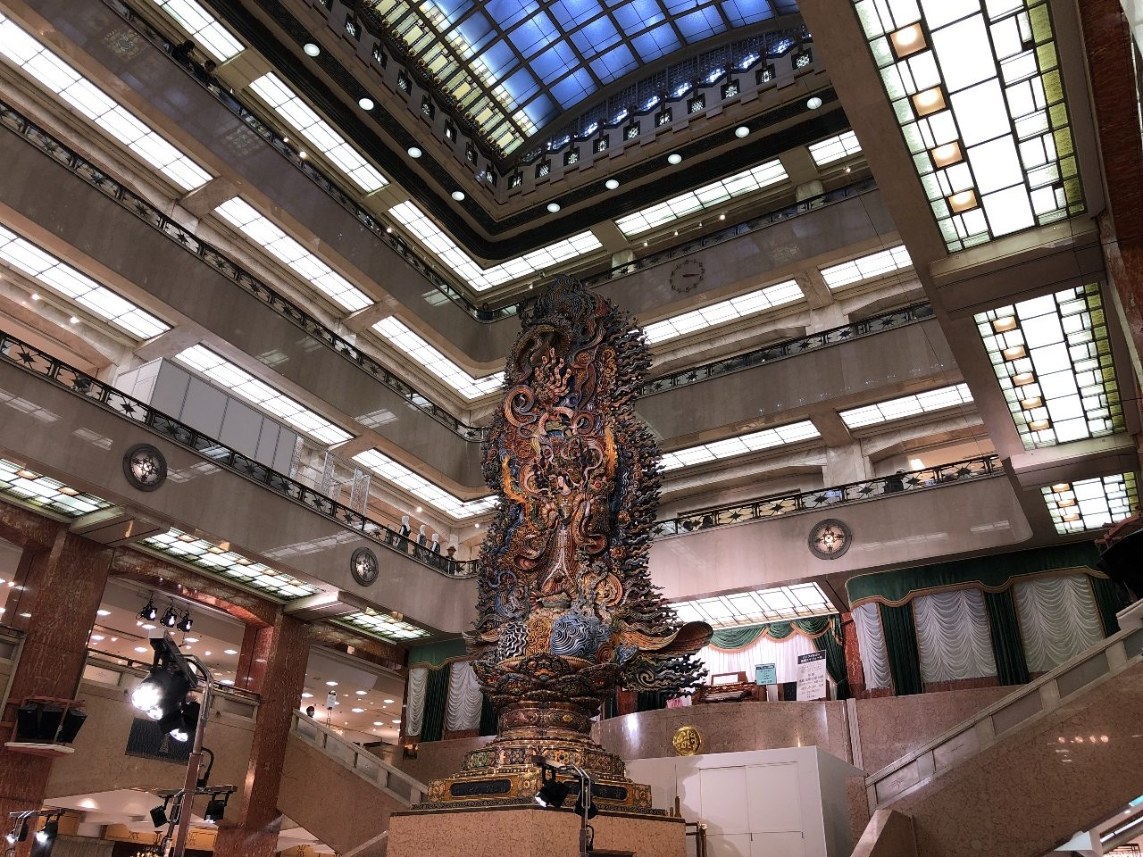 「天女(まごころ)像」といって、天井吹き抜けの4階に届くようにそびえる壮大な天女の像