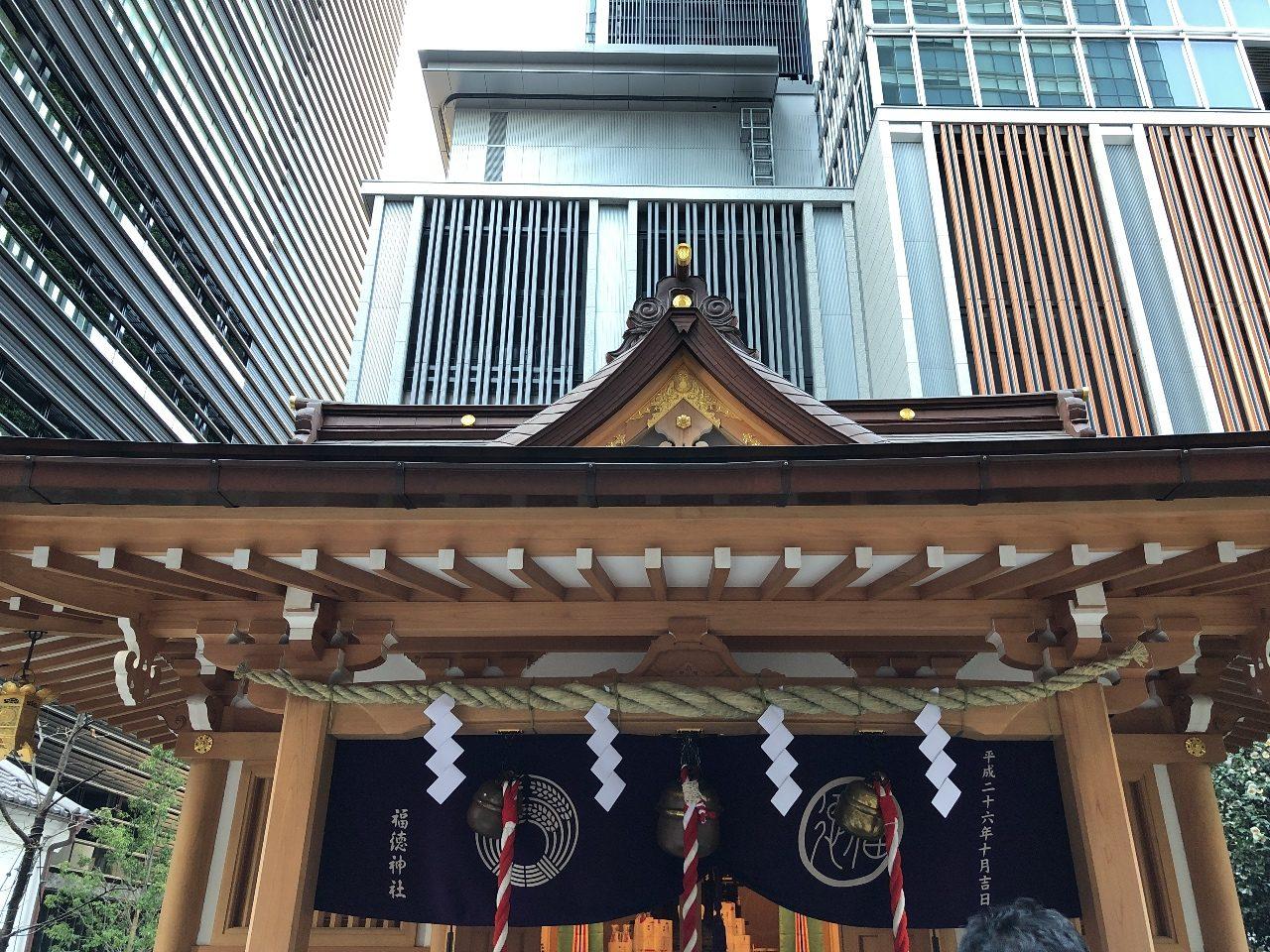 周りは高層ビルに囲まれた福徳神社
