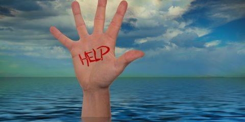 【水難事故】溺れるものは藁さえも掴めない! 溺れた人を助ける方法