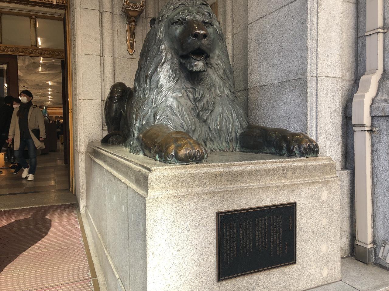 日本橋三越本店の右側のライオン像 撮影:テリーミヤマ